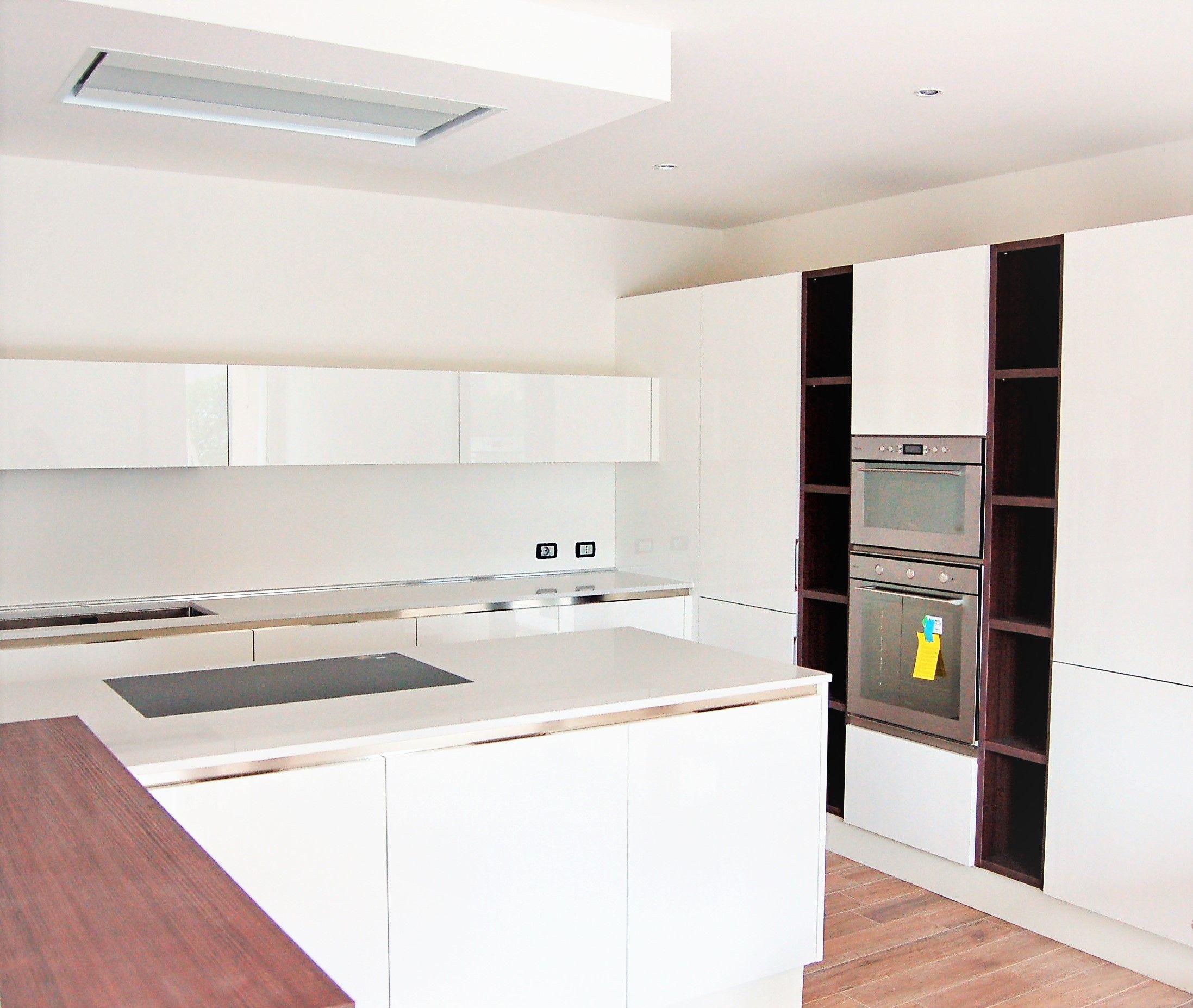 Cucina moderna laccata bianca con gola, isola operativa con ...