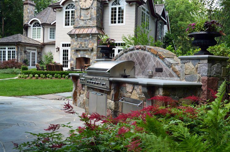Grillplatz mit Gasgrill im Garten mit Natursteinplatten verlegt ...