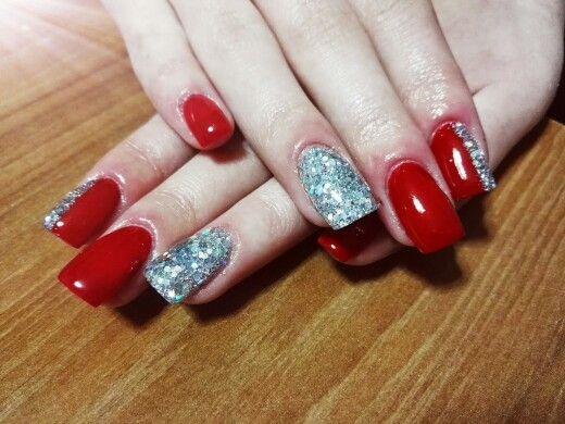 Nail art rosso con glitter e paillettes argento multicolor