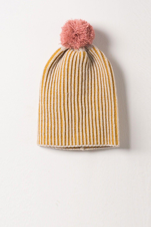 Muts van Bobo Choses. Tweekleurig beige en geel. Roze pompom op de bovenkant.