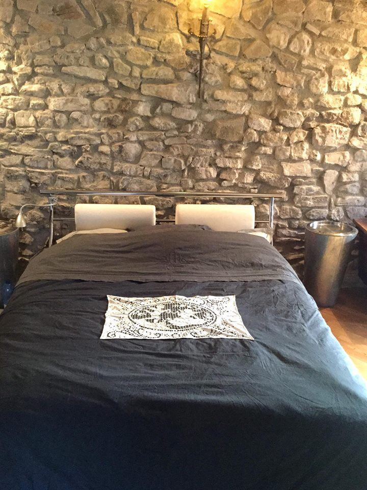 vieux draps en lin teints en noir, chambre murs de pierres