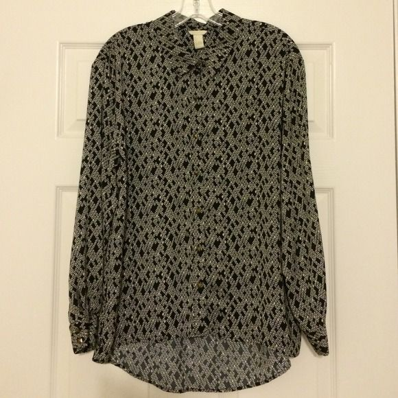 Forever 21 - Navy & Ivory Pattern Blouse Forever 21 - Satin Material Button Up Blouse. beautiful pattern with bronze colored square buttons. Always open to offers & can be bundled with another item for a a special bundle discount. ❤️ No Trades/No Paypal ❤️ Forever 21 Tops Blouses