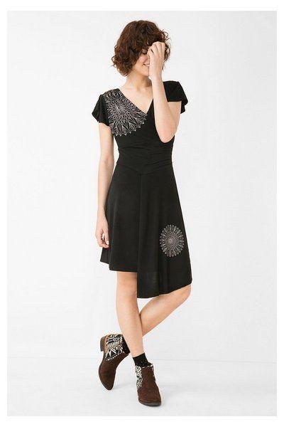 Zwarte jurk met asymmetrische onderkant Desigual. Ontdek de Herfst/Wintercollectie 2016!