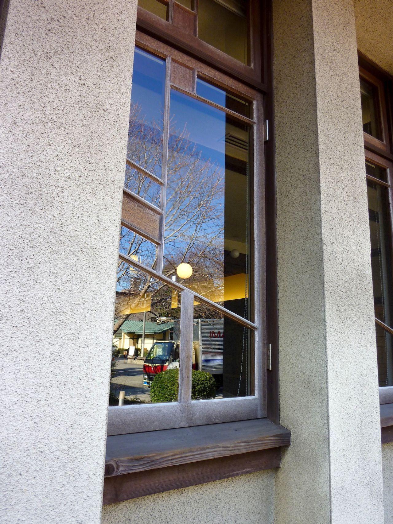 自由学園の校舎がすべて完成した時、  設計したフランク・ロイド・ライトの姿は、  そこにはありませんでした。  .    ライトは、帝国ホテルの仕事を事実上解任され、  1922年(大正11年)に、  すでに日本を去っていて、  その後、二度と再び、  日本の土を踏むことはありませんでした。  .    帝国ホテルが完成したのは、  ライトが帰国してから1年以上経ってからのこと。  .    そして、  自由学園の校舎がすべて完成したのは、  4年後の、  1926年(大正15年)のことでした。  .    ライト帰国後に残された、...