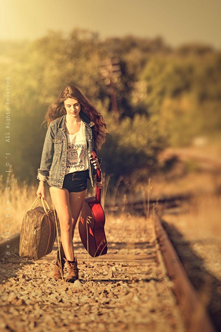 Ela sorri ao lembrar-se do que ama, ela caminha deixando para trás tudo o que a magoa
