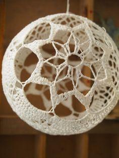Pitsipallo Tämä ihana valkoinen pitsipallo on tehty virkkaamalla kaksi pikkuista pitsiliinaa ja ne yhdistetty reunoistaan virkkaama...