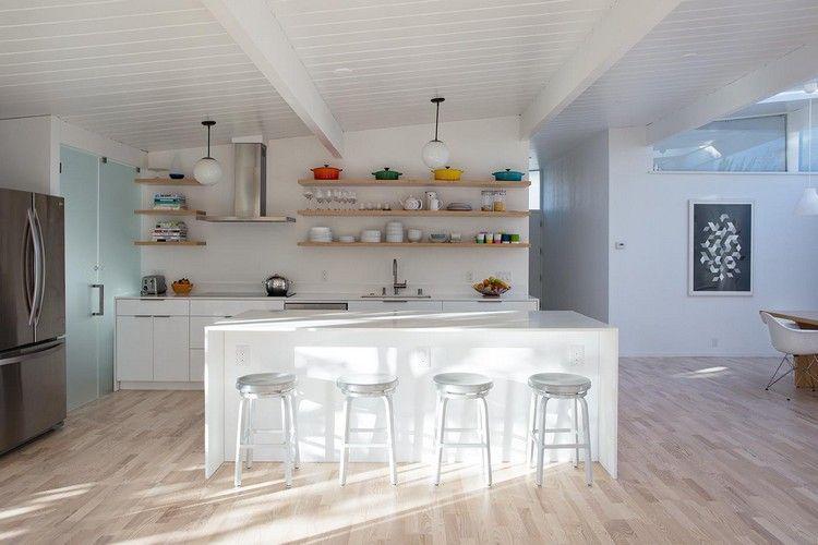 cuisine blanche avec îlot central, tabourets design, sol en parquet ...