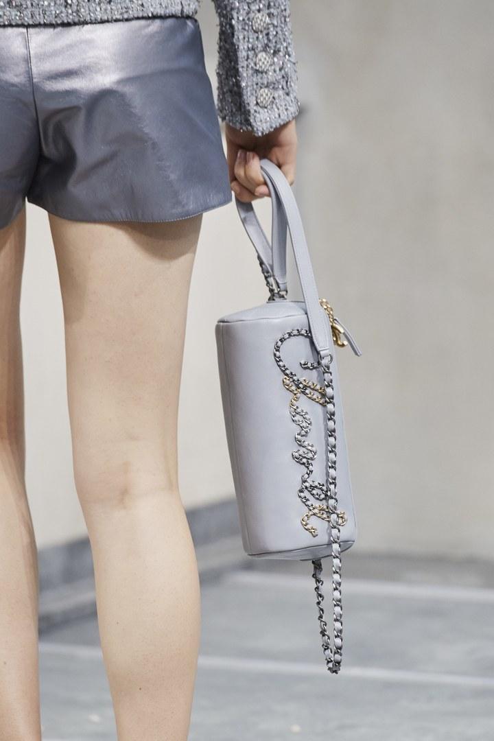 Las Tendencias En Bolsos De Primavera Verano 2020 Que Nos Gustaría Estrenar En El Otoño De 2019 Chanel Handbags Chanel Spring Chanel Handbags Red
