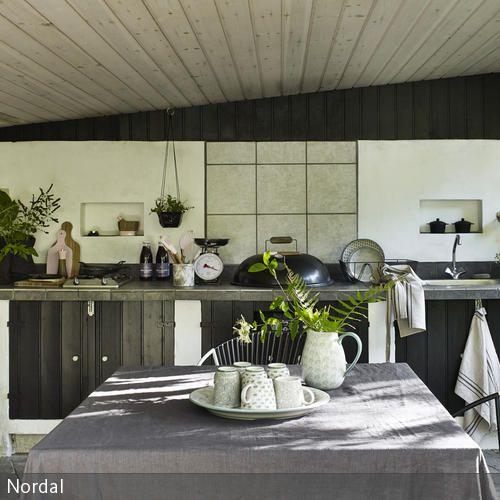 Eine Küche lässt sich leicht in Naturtönen gestalten, mithilfe von Materialen wie Holz und Leinen wird das Konzept perfekt. Pflanzen sind die ideale Deko  …