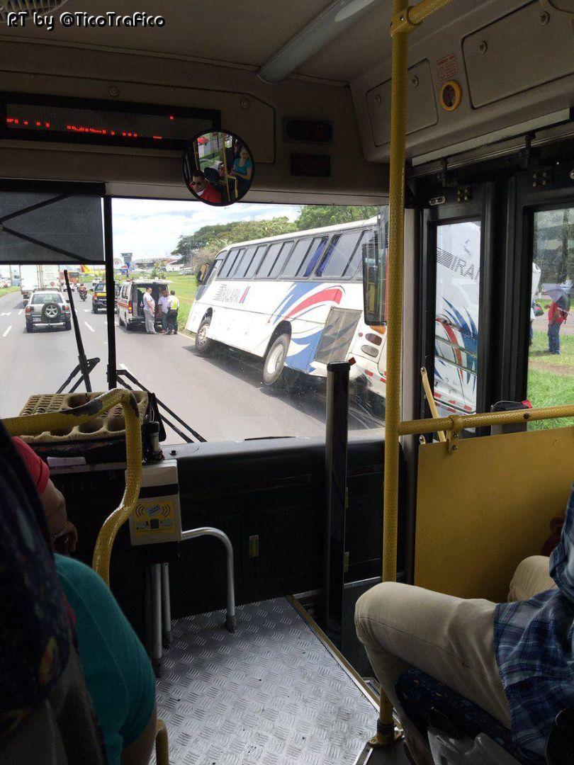 Bus cae en cuneta y genera presas en Alajuela