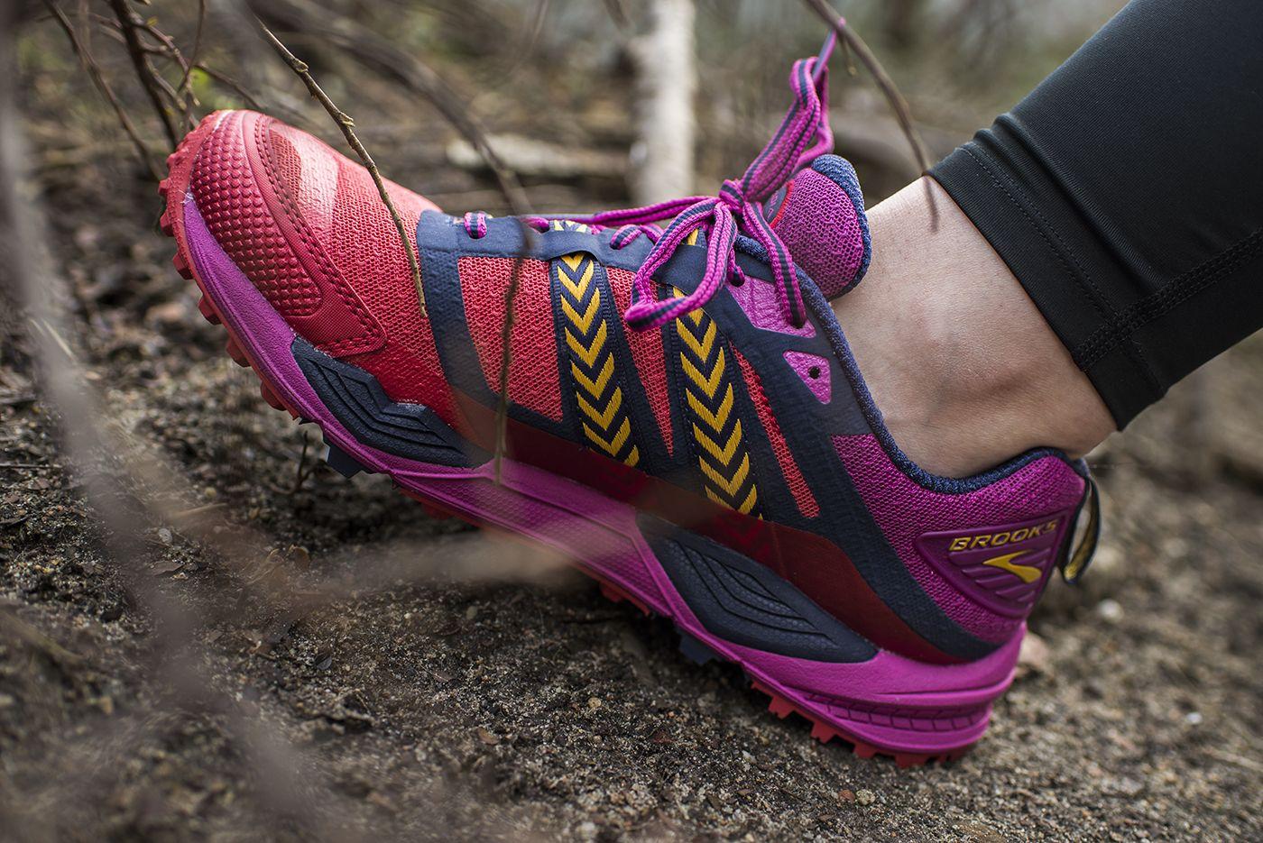 Brooks Cascadia Uznawane Sa Za Najbardziej Wszechstronne Buty Terenowe Co Nowego 12 Edycja Dzieki Elastycznej Podeszwi Running Shoes Hoka Running Shoes Shoes