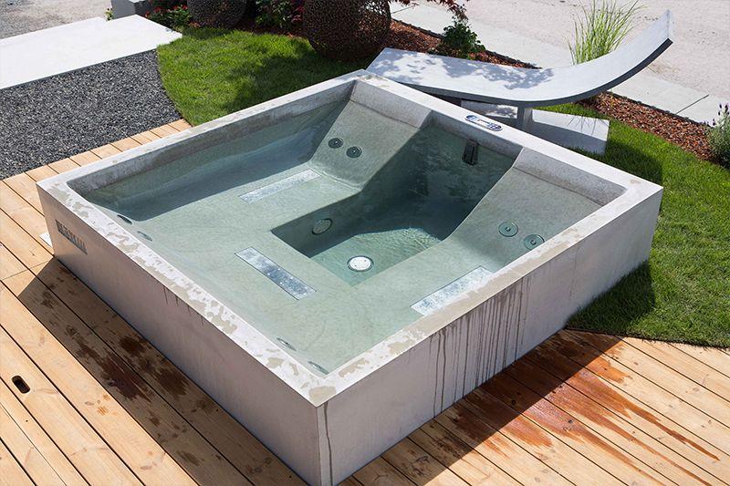Outdoor-Whirlpool mit den gleichen Terrassenplatten verkleiden - reihenhausgarten und pool