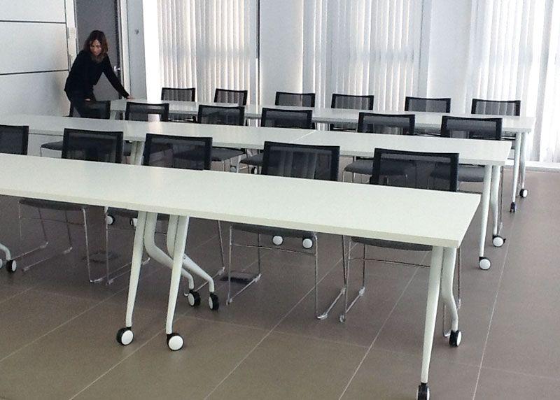 Una zona de reuni n se convierte r pidamente en un aula de for Silla que se convierte en mesa