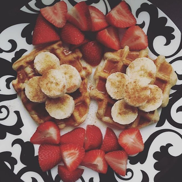 Starting Friday off with some waffles! Topped them with bananas, syrup, and cinnamon with a side of strawberries for 5sp.  Directions: mix 1/2 cup buttermilk and honey @kodiakcakes mix with 1/2 cup of water. Mix until it becomes a batter. Distribute the mix between the two sides in the middle of each waffle maker griddle and close for five minutes. Then take out and top with 2 tbsp sugar free syrup and any other fruits you desire! #weightwatchers #weightloss #smartpoints #healthybreakfast