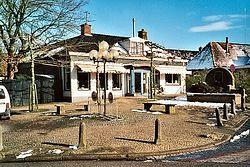 Eatcorner Piter Jelles met rechts monument van Pieter Jelles Troelstra. (2001)