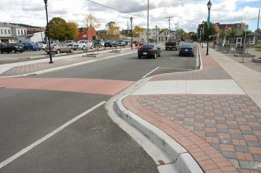 conexões seguras =Muitas vezes os pedestres combinam as caminhadas com outros meios de transporte público, como ônibus ou metrô. No entanto, a qualidade e o desenho da infraestrutura desses meios pode afetar a segurança dos deslocamentos.  Para tornar os pontos de contato das calçadas com outras áreas - como os cruzamentos - mais seguros, propõe-se que as calçadas estejam conectadas e integradas às redes d transportes