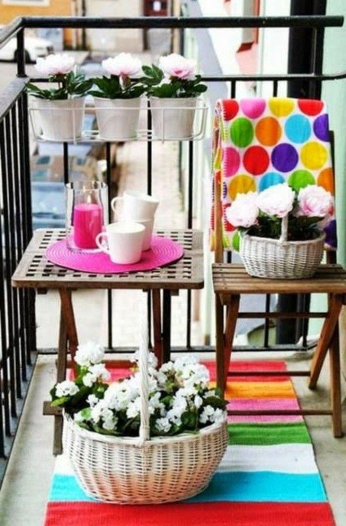 balkon deko bunter teppich streifen flechtkorb blumen holztisch - dekoideen mit textilien kreieren sie gemutliche atmosphare zuhause