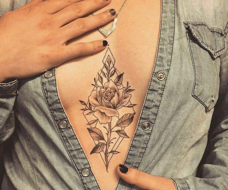 Tattoo sous la poitrine / Rose dans losange