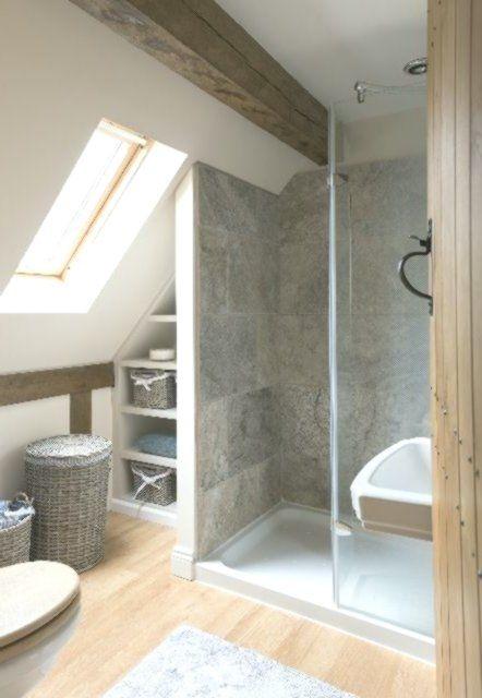 Winziges Badezimmer Aber Schauen Sie Wie Gut Das Dachfenster Das Licht Nur Fluten Lasst Badezimmer Dachschrage Badezimmer Dachgeschoss Kleines Bad Umbau