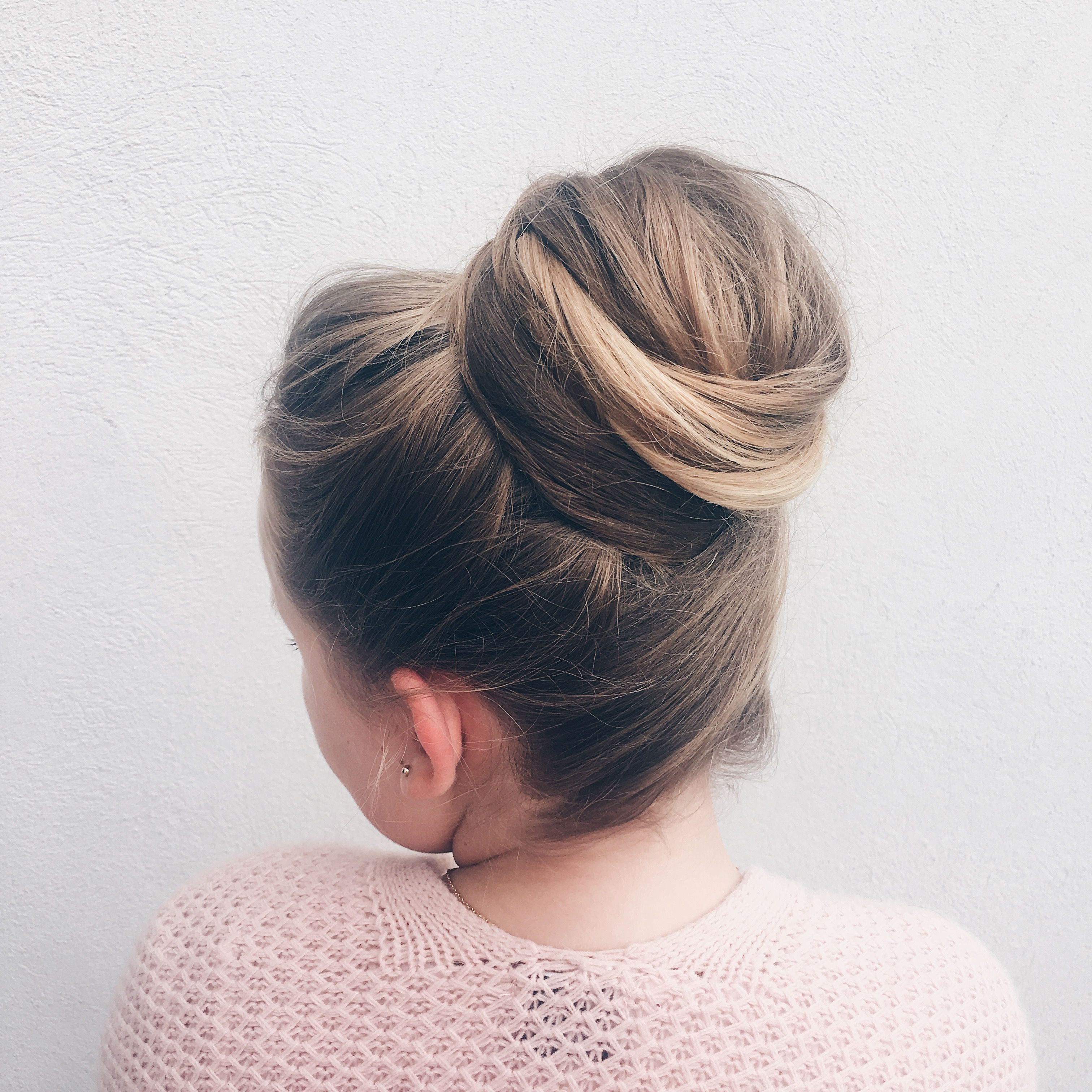 Chignon haut Half bun Wedding hair | Coiffure mariage, Chignon haut, Chignon