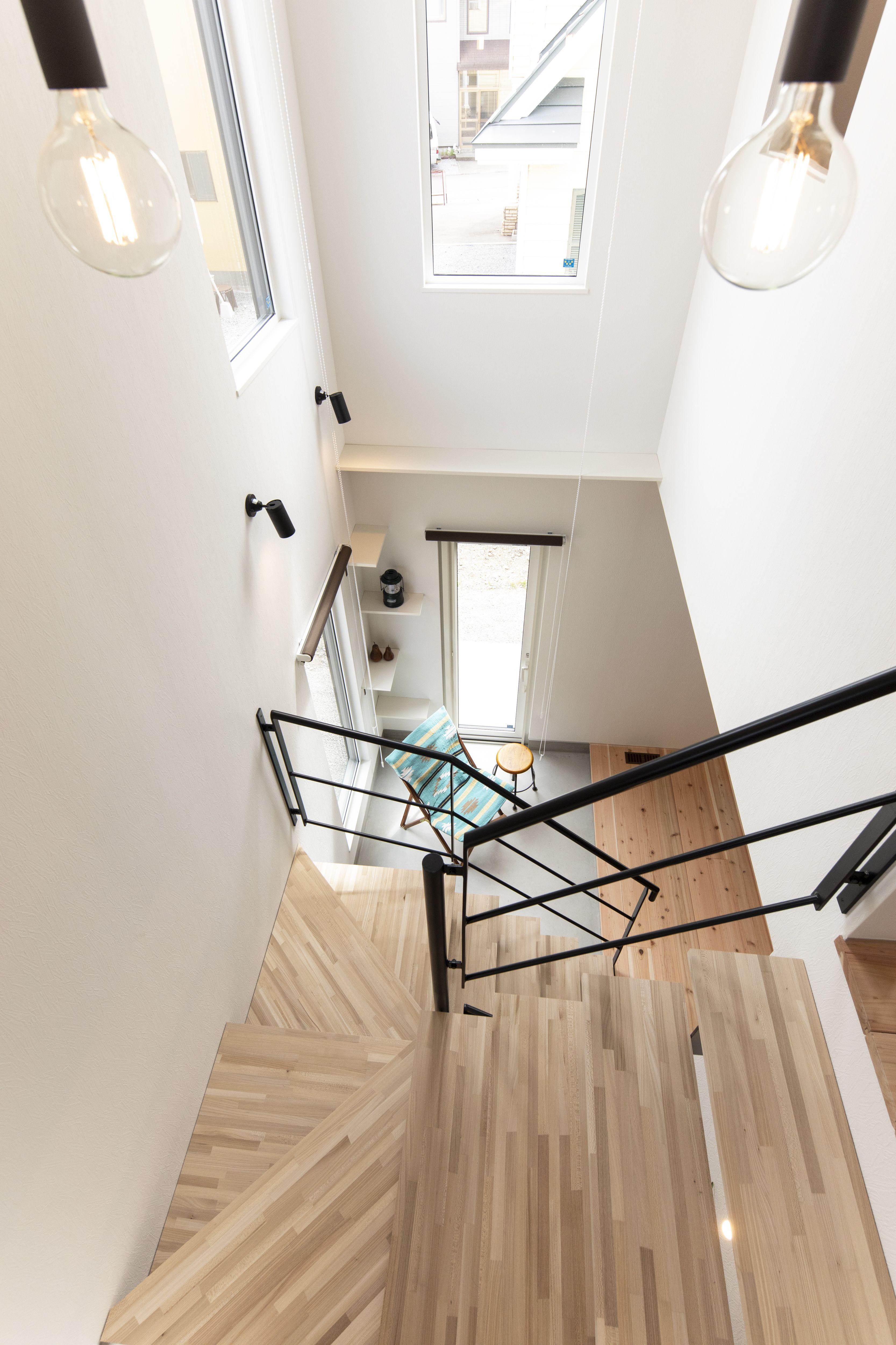 階段から繋がる吹き抜けは お家の中に空間の広がりをもたせてくれます