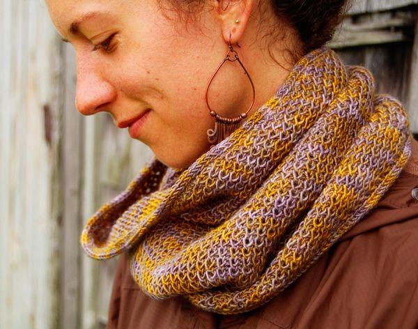 Goed patroon voor die mooie veelkeurige handgeverfde garens die er op de streng zo prachtig uitzien : Sallah cowl : Knitty Winter 2012