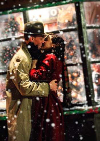 I Thought The First Posting Of Christmas Should Begin With A Kiss This Romantic Pair Are Certainly Smitten With Man Hug People Hugging Christmas In The City