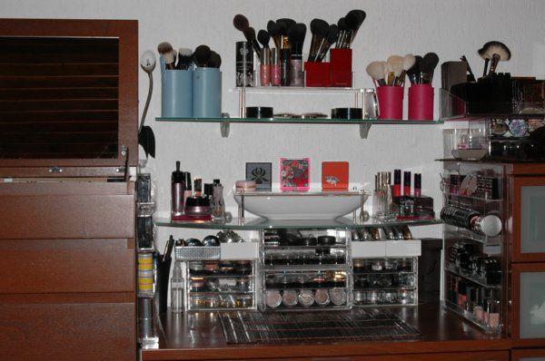 meuble-de-rangement-de-maquillage-des-boîte-plastiques-et-de-petits-commodes-pour-le-maquillage.jpg (600×398)