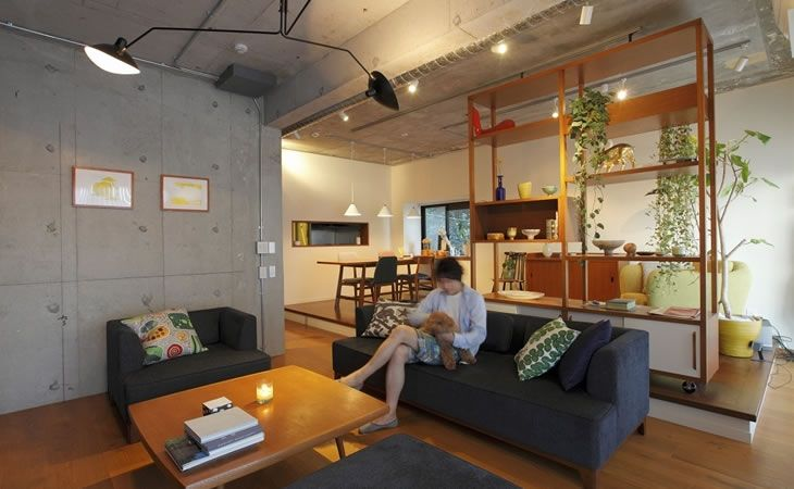 Vol.19『可動棚や段差で間仕切る広々とした空間に、素材、色、家具の調和が映える』 | リノベーションの株式会社リビタ
