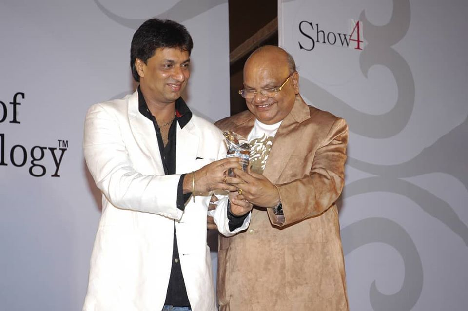 """Did you know that Bollywood director @imbhandarkar had researched on the fashion industry at JD Institute of fashion technology for one of his biggest blockbuster movie """"FASHION""""! Yes that's the kind of blast from the past we bring to you with our #throwbackthursday. In picture the legendary Sir Chandrakant Dalal felicitating director @imbhandarkar at our annual design awards.  #throwbackthursday #jdaspire #jdcandids #jdinstituteoffashiontechnologyindia"""