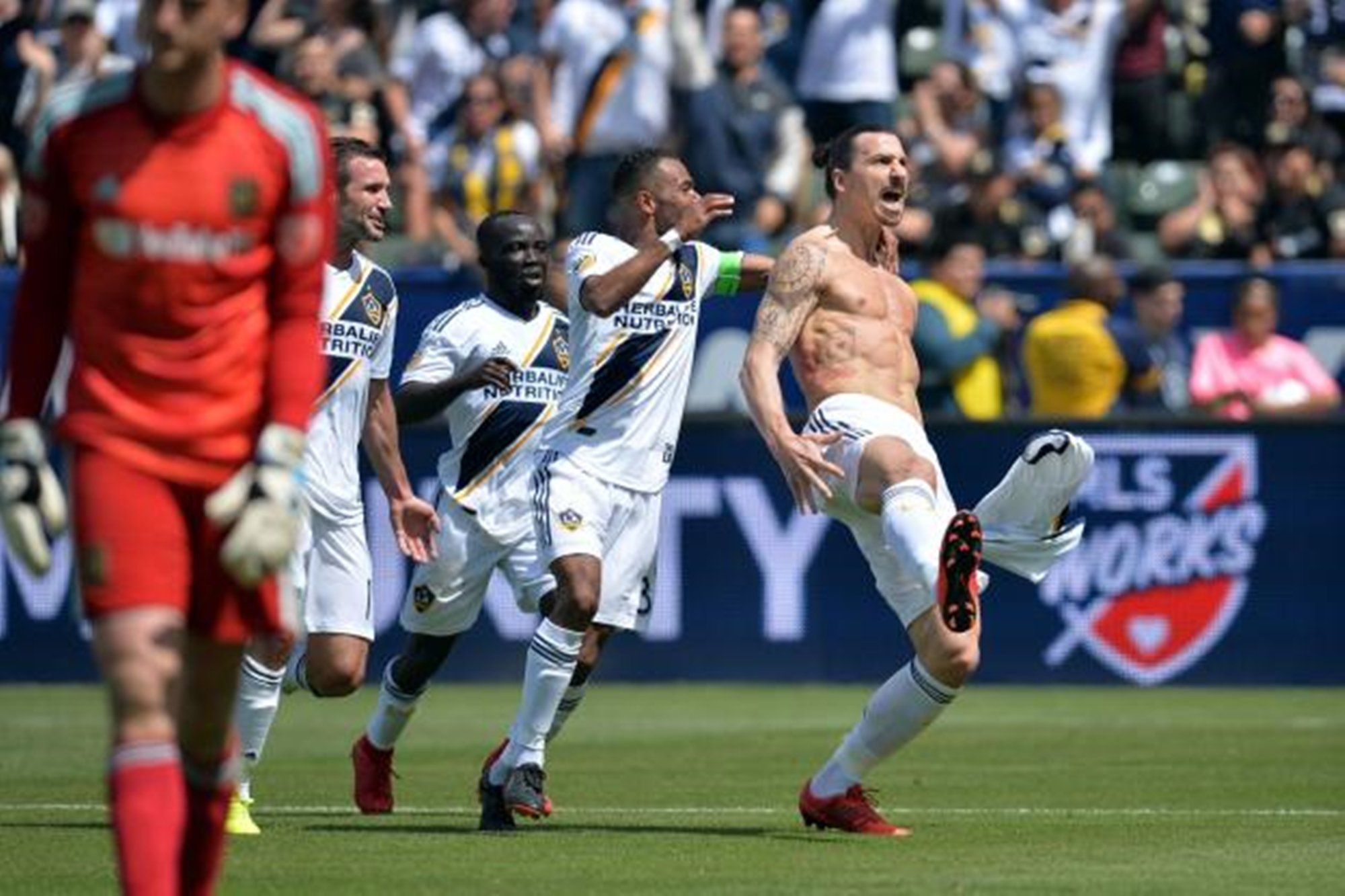 Zlatan Ibrahimovic Stuns Soccer Fans In Debut With La Galaxy Video Of His Second Goal Has Gone Viral La Galaxy Soccer Fans Zlatan Ibrahimovic