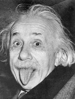 Einstein le gustó tanto la foto que recortó la imagen de modo que se mostrara solo su rostro. Luego hizo varias copias y envió la imagen en tarjetas de presentación a sus amigos. En la imagen original lo acompañan el Dr. Frank Aydelotte, el ex director del Instituto de Estudios Avanzados y su esposa.