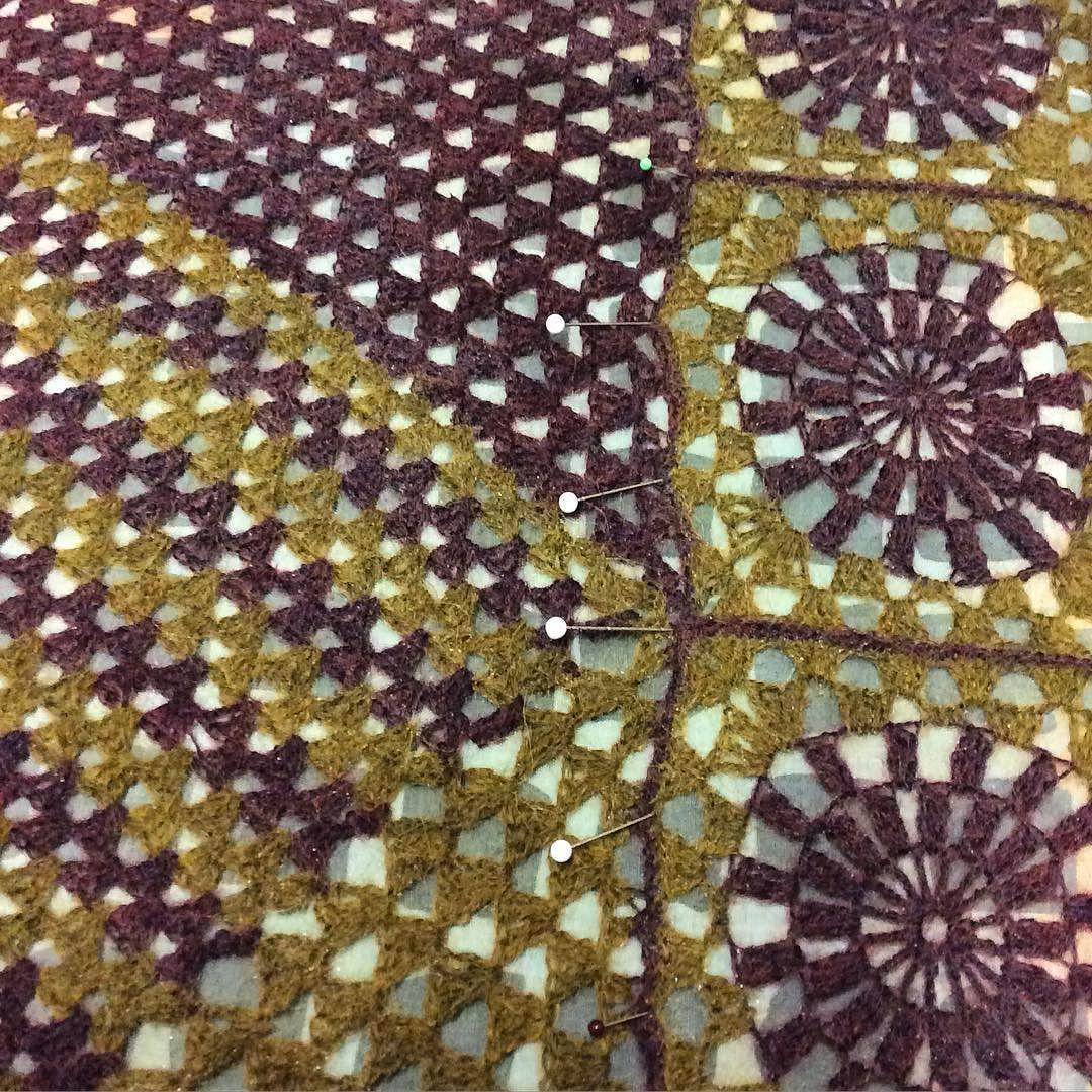 Se fiilis kun palat koossa kaikki langanpäät päätelty ja huivi pingotettuna märkänä muotoonsa  My new scarf almost ready  #virkkaus #huivi #virkattu #alpakka #instavirkkaajat #crochet #crocheting #alpaca #scarf #instacrochet #käsityö #handicraft #käsintehty #handmade #käsityöblogit #punossidossilmukka #grannysquare #isoäidinneliö #viimeistely #finishing #drops #isager by punospirjo