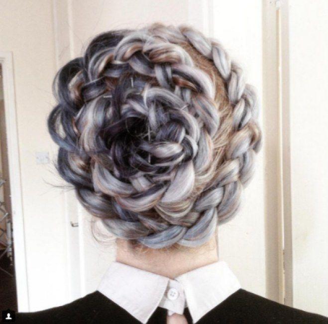 Si pensabas que la única forma de llevar flores en el pelo era con una corona estabas muy equivocada. La nueva tendencia capilar nos trae una de los peinados más románticos y bonitos que puedes lucir: las trenzas en forma de flor. #trenza #braid #flor #flower #peinados
