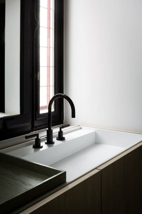 Black hardware Interesting sink/counter design Not sure what that - Sanitarios Pequeos