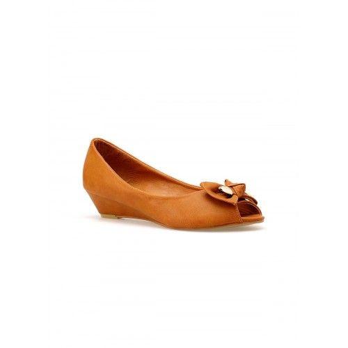Dámské baleríny Fudicio AKCE – Tmavě béžová Klasická módní obuv pro všechny elegantní dámy. Stélka boty je z pravé kůže. Boty jsou na mírném klínku a vepředu je zdobí mašle a detaily ze zlatého kovu. …