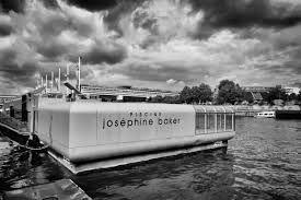 Zwem vlak boven de Seine in Piscine Joséphine Baker