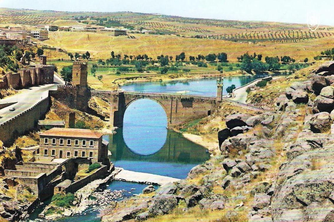 El puente de Alcántara se levanta sobre el río Tajo, en la ciudad de Toledo (España). Situado a los pies del castillo de San Servando, se tiene constancia de su construcción en la época romana, en la fundación de Toletum. Era uno de los puentes que daba entrada a la ciudad y era en el Medioevo entrada obligada para todo peregrino / foto de los años 60
