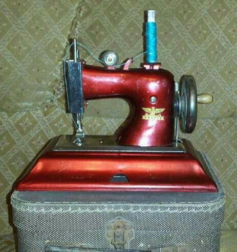 Máquina de costura toy. Dec. 1960