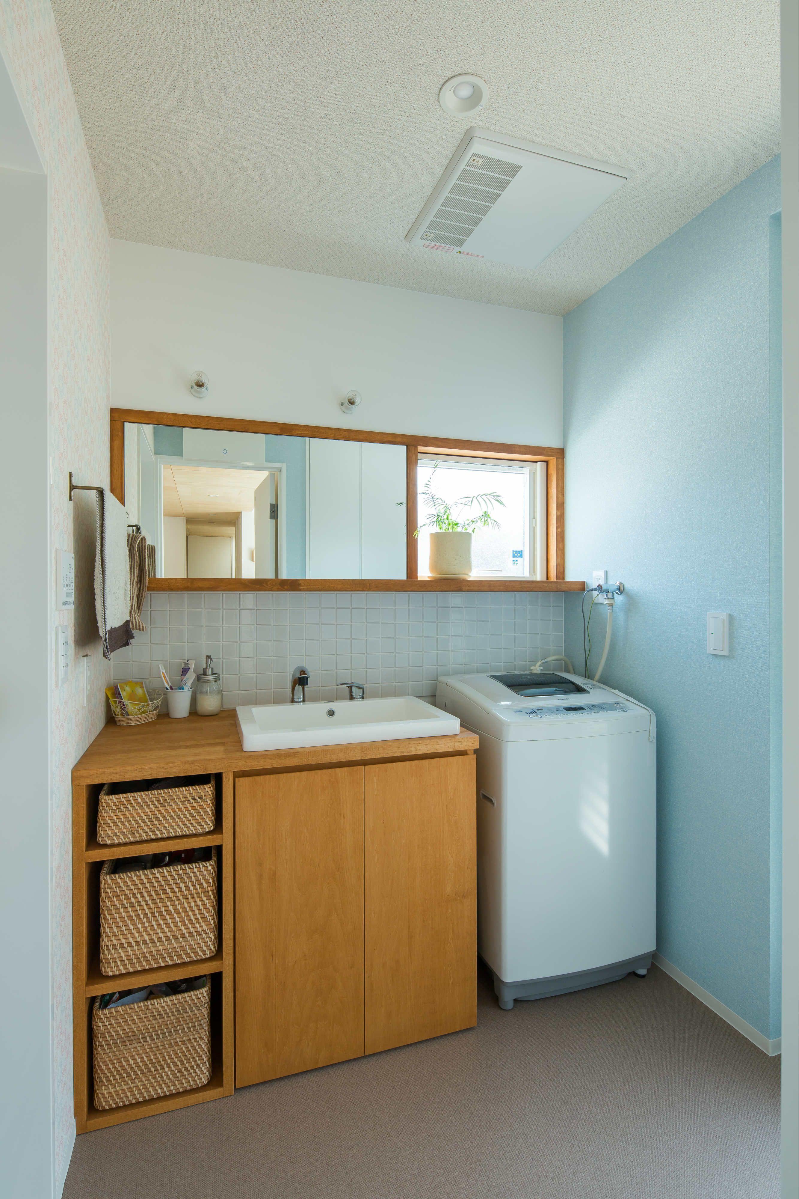ミラー枠と窓枠を兼用することで 一体感を生みだす造作洗面台 裸電球