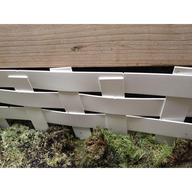 Not a bad little fence for some unused blind slats. Kinda cute n stuff.