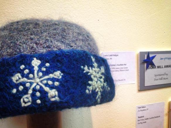 """""""Highland Holiday"""" malha chapéu de feltro com Freehand Bordados POR Carrie Cahill Mulligan, ganhador do 2013 Award Moinho Dorr."""