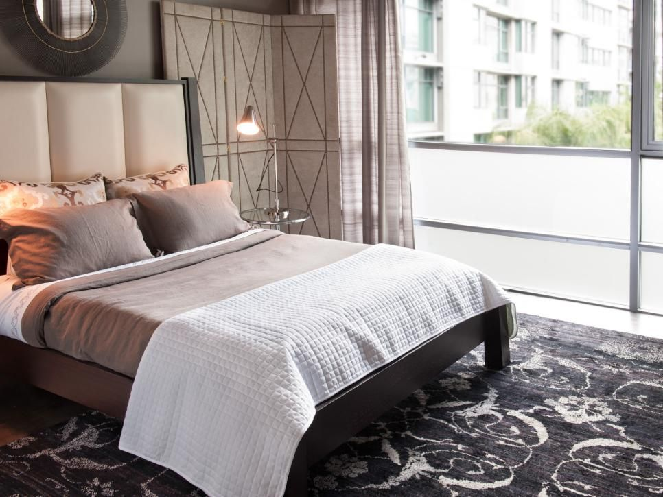 Best A Luxurious Black Area Rug Helps Ground The Soft Neutral Colors Used In This Midcentury Modern 640 x 480