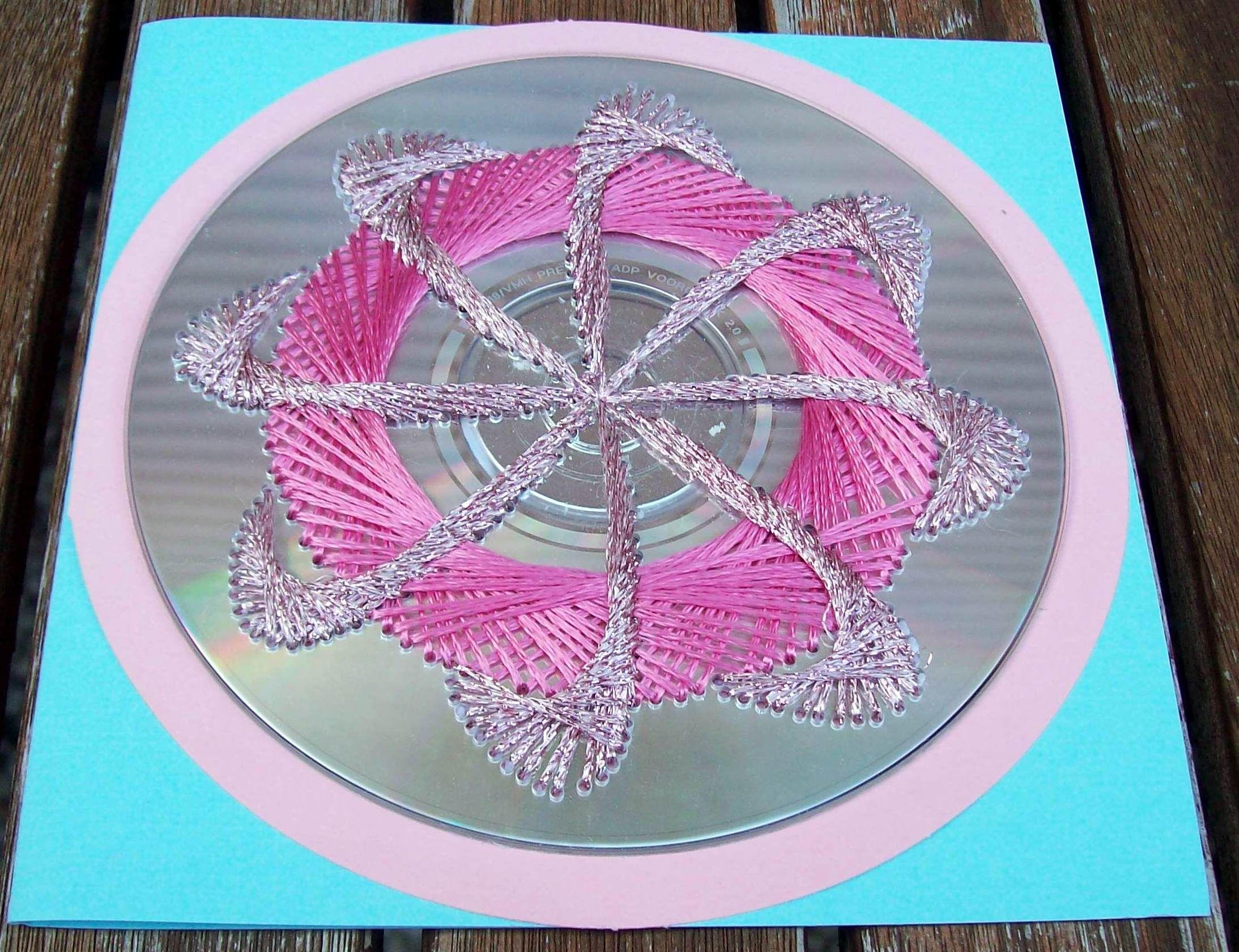 De roze planeet,patroon van heesakkers geborduurd met madeira glans garen.