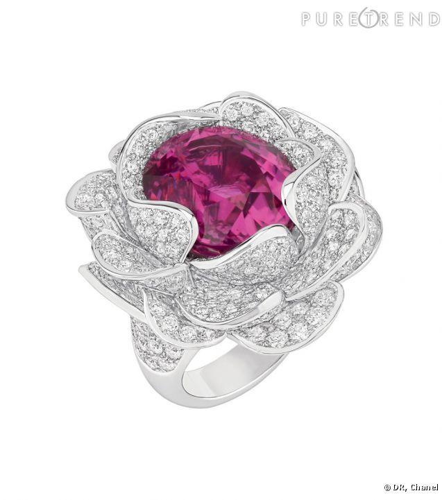 """Bagues extraordinaires    Bague """"Camélia Corolle"""" en or blanc 18 carats, diamants et tourmaline rose."""