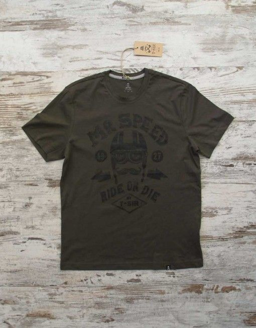 T-SIR Mr Speed dark khaki tee. Ride or die.   Personage T-Sir that, in 1927, piloted an Norton Racer CS1. 100% cotton, super-soft feel. Tag with brand logo at the bottom left. #mrspeed #rideordie #hipsterstyle #mustacherider #hipstertee #tshirt #darktshirt #hipstertshirt #tshirtdesign #mens #camisetahipster