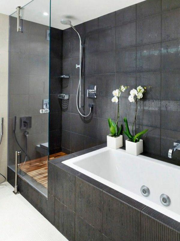Moderne Badgestaltung Mit Einer Badewanne, Dusche, Wand Aus Glas Und Zwei  Blumen   77 Badezimmer Ideen Für Jeden Geschmack