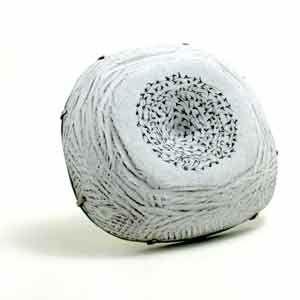 Bruke steiner og avispapir/stoffer/servietter for på få tyngde i tova anheng. Brooch by Jamie Bennett