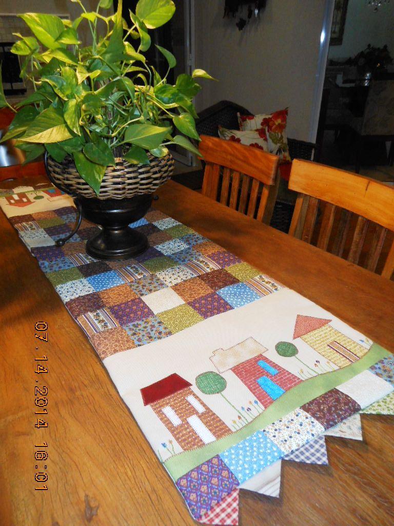 Caminho de mesa - casinhas