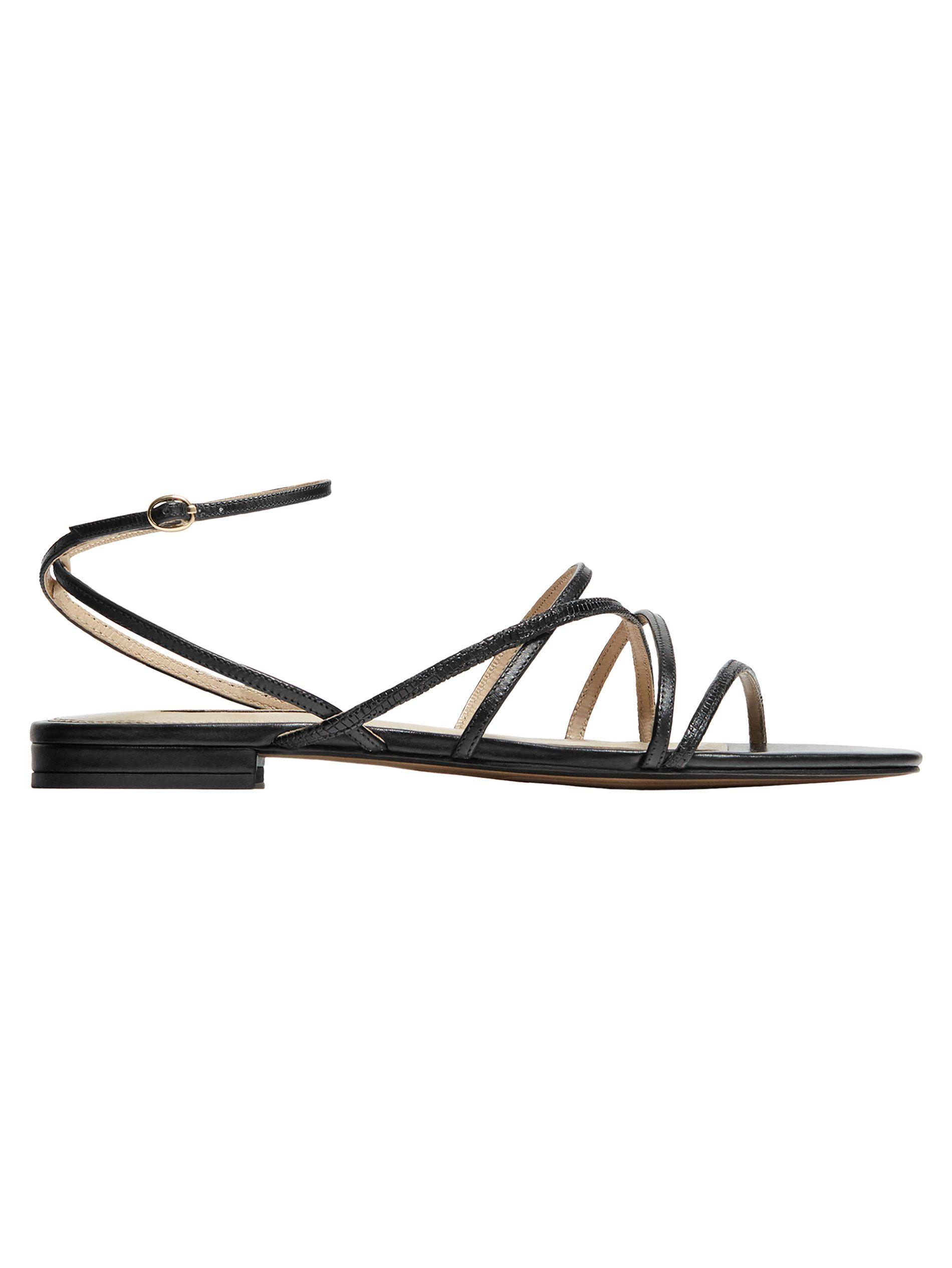 9d7d1be1643 Detalle de cierre al tobillo con pulsera y hebilla metálica. Black strappy  sandals with leather ...